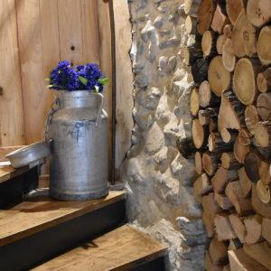Escalier et bois pour la cheminée