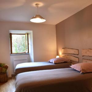 La chambre avec deux lits simples